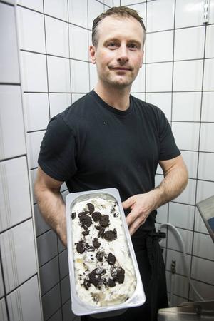 En ny laddning vaniljglass är färdig, smaksatt med Oreo cookies.