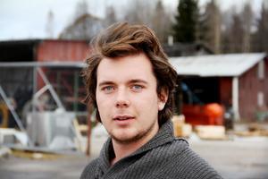 20 - årige Johan Stark har öppnat Gnarps Trä i ny skepnad. Leveranserna till Gnarp av lager - och beställningsvaror går från XL - varuhusen i Östersund och Sundsvall.