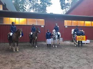 Sofia Lederud, Filippa Heldemar, Lina Berglund, Linnea Stjernlöf och Amanda Nordin utgjorde tillsammans med Ellen Malmqvist Åsebo ridsällskaps lag i Ponnyallsvenska elitseriens första omgång.