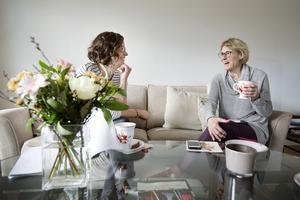 Lina och Ulla pratar om hur Ulla vill att hemmet ska fungera.