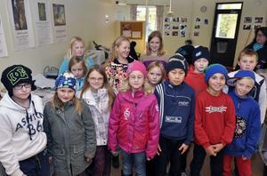 Klass Fyra b på Nyhedsskolan i Rättvik har prat och läst tidningar under sin tidningsvecka. De besökte Falu Kurirens redaktion med sin lärare Margareta Lindbom.
