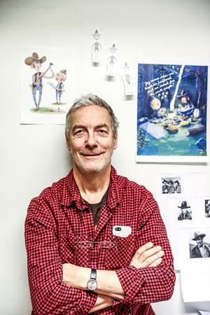 Anders Suneson framför skisser från en film han har arbetat med under en längre tid.
