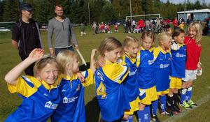 Glädjen var stor i Önas flicklag efter en lördagens matcher.