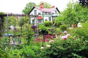 Det ståtliga huset på 200 kvadratmeter är målat i de så kallade Torsåkersfärgerna: vitt, rött och grönt.