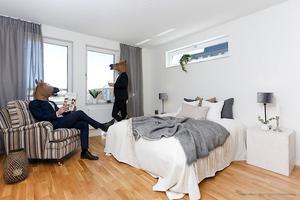 Henrik Mörck och kollegan ställde upp som statister under fotograferingen av bostaden på Peppargatan i Sörby.