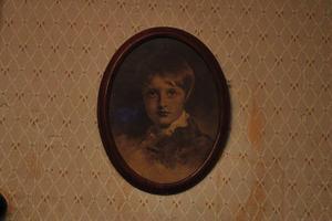 I det blå rummet hänger ett porträtt av pojken Valter. Han sägs följa en med blicken och har vid några tillfällen gråtit, gapat eller bytt plats med en någon av de andra tavlorna i huset