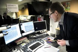 I elektronmikroskopet kan Mikael Olsson se hur olika ytbeläggningar och material nöts.