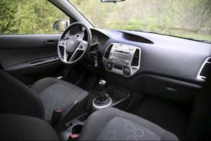 Klart godkänd åkkomfort fram i Hyundai i20, men bak märks det att det är en småbil.