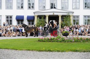 Jon Hoof och Tina Sandell kördes med häst och vagn till herrgården av Lars Danhard vid tömmarna. Jon hoppades kvällen skulle bli kul och lång. Tina tyckte det skulle bli kul att dansa.