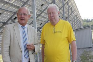 Landshövdingen Peter Egardt och solelföreningens ordförande Tommy Johansson var med på invigningen. Foto: Hans Godén