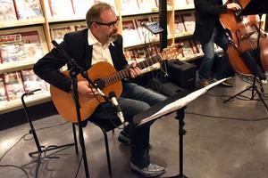Per Flodéns fingrar dansade över strängarna så att hans gitarr fick gråta en stillsam skvätt under en del solon.
