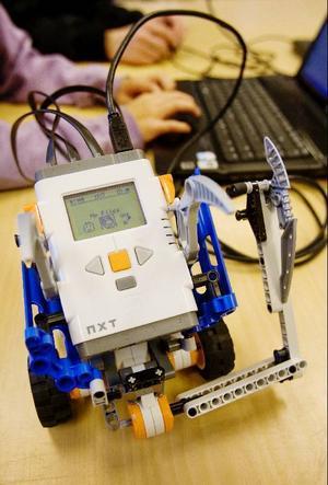 Roboten sätts ihop från en byggsats och alla tävlande lagen får samma material.