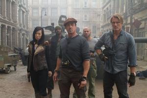 """Gänget i """"The Expendables 2"""" har utökats med en tjej. Maggie spelas av Nan Yu. Sylvester Stallone och Dolph Lundgren är med igen."""