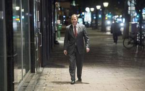 Nu går Stefan Löfven sin egen väg och öppnar för att kunna regera med alla utom Sverigedemokraterna. Det är en vansklig strategi utifrån väljarnas undringar om politikens inriktning.