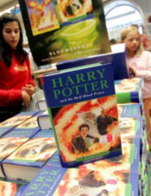 Än så länge finns den senaste Harry Potterboken bara på engelska