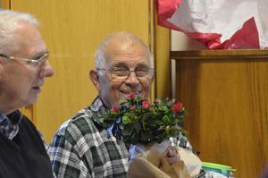 Födelsedagsbarn. Birger Wahlsten fyllde dessutom 80 år 21 oktober och blev förärad med blommor.