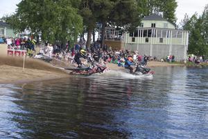 Starten går från stranden och sedan ut på sjön där förarna ska runda bojer.