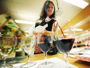 Annica Tengvall fyller på i provsmakarglasen.