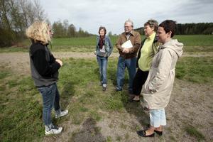 Catherine Vennberg, Marianne Rahm, Enar Nilsson, Anne-Marie Boman och Irene Ilonen är på tur genom norra Hälsingland för att diskutera hur en eventuell turistväg skulle kunna se ut.