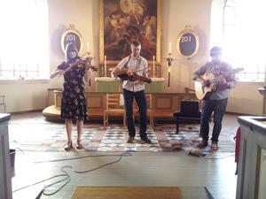 Trion Emma Ahlberg, Niklas Roswall och Daniel Ek bjöd på barockinfluerad spelmansmusik i Lerbäcks kyrka.