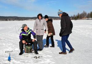 Ingemar Oskarsson visar upp sin fångst för Ritta och Göran Drougge som anländer för att se hur det går. På bilden ser vi ocksa deras dotter Ann Drougge. Foto: Berit Zöllner/DT
