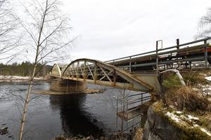 Sista vagnarna rullar över Oxbergsbron, som nu ska rivas.