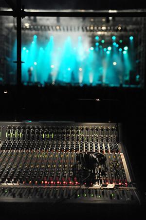Ljudbilden ska vara så jämn som möjligt. Men Erik berättar att det bästa ljudet alltid är vid mixerbordet.