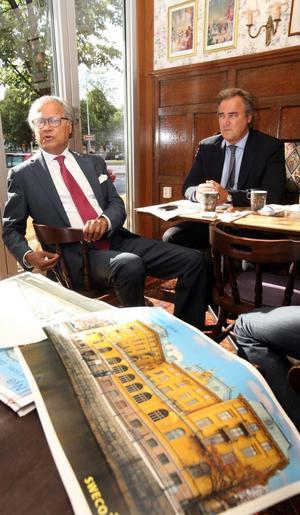 Bicky Chakraborty och Jan Segelberg från Elite Hotels, nöjda köpare av Gamla Grand.