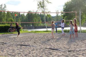 Volleyvollspel i pauserna mellan de olika artisterna.