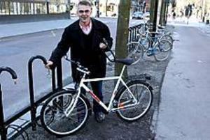 Foto: LASSE HALVARSSON Cykelgeneralen visar vägen.  Åke Ståhlspets visar hur de låsbara cykelställen fungerar. Här ett exempel med bygellås.
