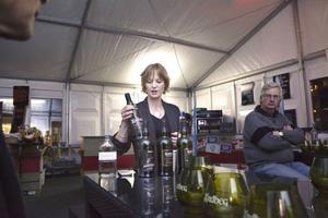 Skotska whiskeyfantasten Kirstie McKerrow höll i whiskeyprovning i Åre Gastronomy Weeks tält på torget.