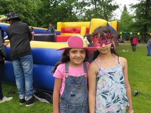 Rohaa Ahmedi och Haya Alhlabi berättar att de lekt och blåst såpbubblor.