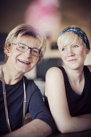 Far och dotter Roxberg. Ester har skrivit boken om pappa Ann-Christine.