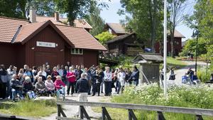 En hel del människor hade samlats för att följa säsongsöppning av Strömsholms kanal.