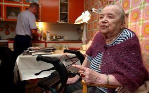 -- Nu orkar jag inte gå så långt, säger 99-åriga Hulda Källberg, som fick rullator efter ett lårbensbrott. Här väntar hon på att Kenneth Häll från hemtjänsten ska ställa fram lunchen.FOTO: JOHNNY FREDBORG