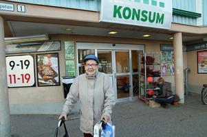 Annie Olsson, 81, säger att hon varit medlem i Konsum så länge hon kan minnas. – Jag träffade en karl som handlade på Konsum. Sedan dess har jag inte handalt någon annanstans, säger hon.