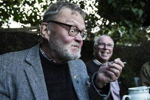 Bergs-Lars Hansson provsmakar en surströmming som inte alls tillhörde favoriterna.