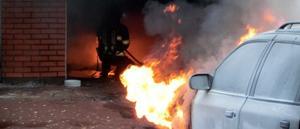 Branden berodde på att det börjat brinna i en bil som stod i garaget.Foto: Mora Brandkår