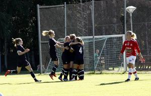 Jubel sedan Jessica Backman nickat in 2–0. Felicia Eriksson i Tierp deppar.