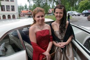 Till skolbalen anlände från vänster Viktoria Norberg och Jenny Zetterman i läckra klänningar.
