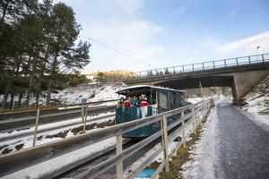 Nivåskillnaderna gör det lite trixigt att ta sig från Station Åre, via torget upp mot kabinbanan. Nu finns ett förslag om att bygga rullbana vid Bergbanan och en rulltrappa på andra sidan E14 upp mot kabinbanan.