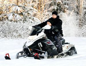 Christer Svensson och sonen Eric, 6 år, provkör Yamahas 2009 års modell som gick så tyst i den pudervita snön att julmusiken från högtalarna inte lät sig överröstas.