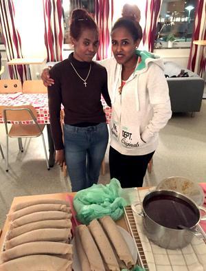 Luwam Hadish och Natsnet Salomon hade börjat baka tunnbrödet injera redan på söndagen. Till det hade de lagat tsebhi, en köttgryta.