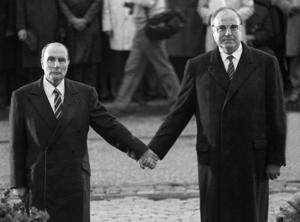 Frankrikes president Francois Mitterrand och den tyske förbundskanslern Helmut Kohl möts 1984 vid Verdun där 300000 fransmän och tyskar dog 1916. Mötet befäste den nuvarande vänskapen mellan de två nationerna. Foto: Marcel Mochet/TT