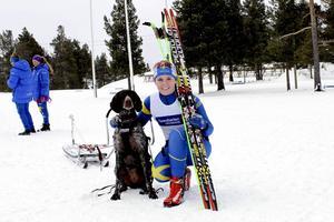 Nora Berglund, Härnösands Draghundsklubb tog brons i Damjunior när draghunds-EM inleddes med pulkaklassen.