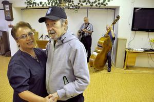 Elof Eriksson bjöd upp Ulla Dahlqvist på en svängom på Björkbacka äldreboende på fredagseftermiddagen.