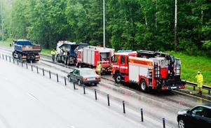 Lastbilen körde ytterligare femtio meter - utan flak - efter kollisionen med bron.