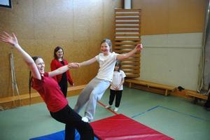 Emma Lundquist från Tusen konster och en boll utövar parakrobatik med Victoria Wiberg-Lindau.