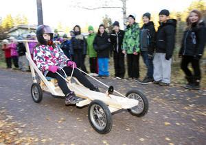 Emma Blomqvist i femman har förstått att man måste vara koncentrerad för att nå framgång i rallytävlingar.