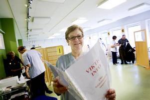 """FÖRBEREDD. Om någon drabbas av en kraftig allergisk reaktion av vaccinet finns en handlingsplan framme i vaccinationslokalen. """"Vi har en läkare som kan rycka in"""", säger Eivor Fasth, som samordnar vaccinationerna."""
